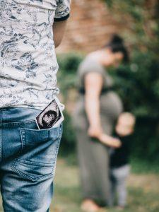 Zwangerschapsfotografie-met-het-hele-gezin-bij-de-Stadmuur-in-Vianen-zwangerschapsfotoshoot-in-de-omgeving-Utrecht-Moniek-van-Selm-Fotografie