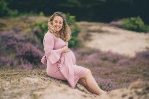 Fotoshoot-heide-in-bloei-zwangerschap-Zwangerschapsfotograaf-Moniek-van-Selm-Fotografie-www.moniekvanselmfotografie.nl